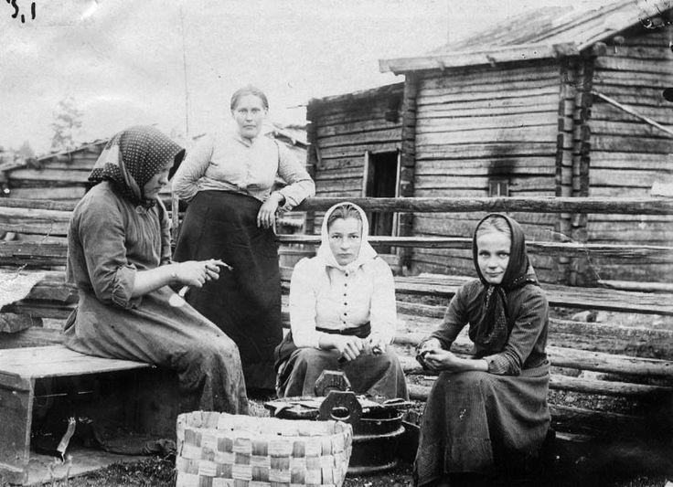Pitkälän tytöt kaloja perkaamassa / Family Pitkala's girls ripping the fish - photo by Samuli Paulaharju museovirasto - Finland