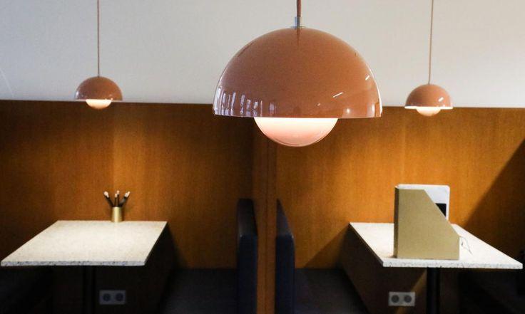 The Socialite Family   Lampe ronde années 60 chez The Bureau. #adresse #address #thesocialitefamily #ateliermkd #thebureau #coworking #paris #luxe #new #neuehouse #60 #chic #elegance #office #desk #bureau #lamps #lampes #déco #architecture #vintage #furniture #restaurant