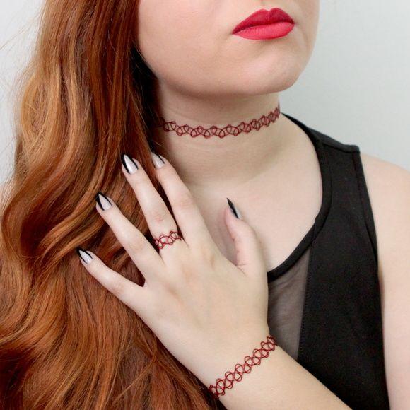 Gargantilha de tatuagem tribal, moda nos anos 90 estão de volta.  Quantidade obtida pela compra:  1 gargantilha tamanho único.  1 pulseira tamanho único.  1 anel tamanho único.  (todas as peças esticam bastante)  Cor: um fio vermelho e um fio preto. R$ 25,00