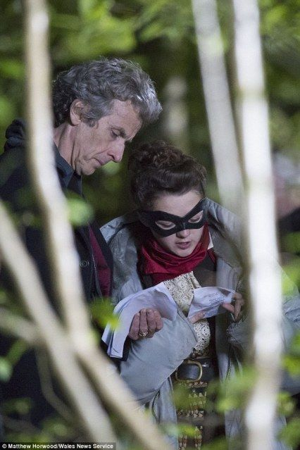 Peter Capaldi and Maisie Williams on Doctor Who set! [the source is an italian web article]