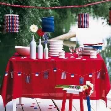 Nappe rouge brodée au point de croix de lampions et de fanions bleu blanc rouge pour le 14 Juillet
