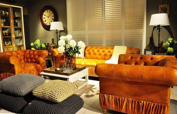 Stylizacja naszego zespołu VM. Sofa i fotele renomowanej światowej marki Riviera Maison. Ekspozycja w salonie HOUSE&more w centrym handlowym Stary Browar w Poznaniu.