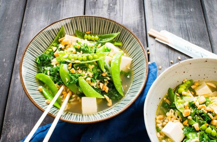 Nudelsoppa med grönkål, sockerbönor och silkestofu