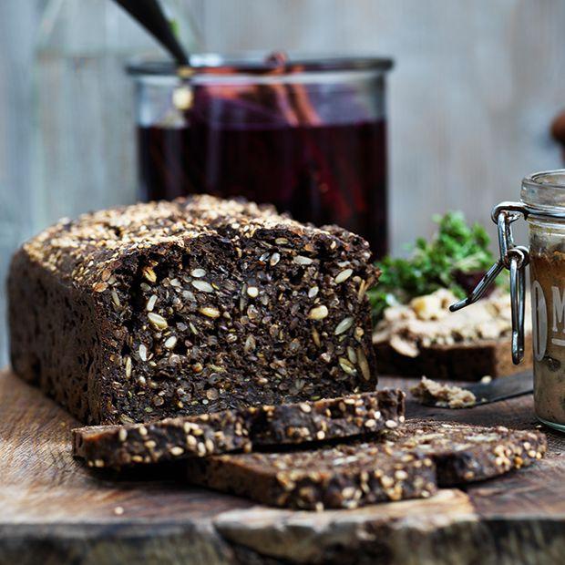 Gør julefrokosten ekstra god ved at servere saftigt hjemmebagt rugbrød med nisseøl.