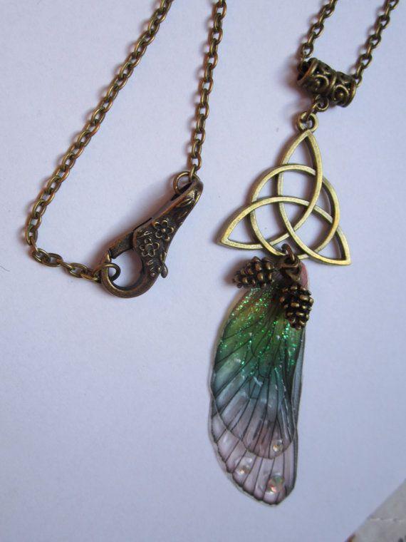 collier bronze vintage elfique fée ailes libellule multicolore pommes de pin