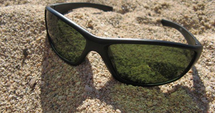 ¿Cómo saber si mis gafas Oakley son auténticas?. Oakley tiene un seguimiento de culto en el campo de los deportes extremos. Gracias a un diseño único y una durabilidad sin igual, es fácil ver por qué los aficionados están dispuestos a pagar mucho dinero por unas gafas de sol Oakley. Desafortunadamente, los comerciantes deshonestos venden anteojos Oakley falsos para engañar a los compradores y ...