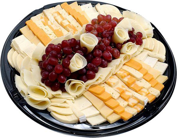 нарезанный сыр - обязательным атрибутом нарезки являются фрукты, овощи, зелень, крекеры и т.д