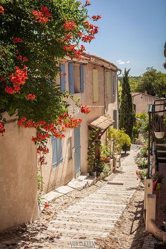 Ventabren, Bouches-du-Rhône, Provence-Alpes-Côte d'Azur, France | photo by Stewart Leiwakabessy    ᘡղbᘠ