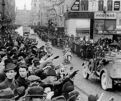Deep inside the former Czechoslovakia, residents of the city of Brno (in Moravia) watch as Hitler's troops roll in. This Day in History: Mar 15, 1939: World War II - Nazis take Czechoslovakia http://dingeengoete.blogspot.com/