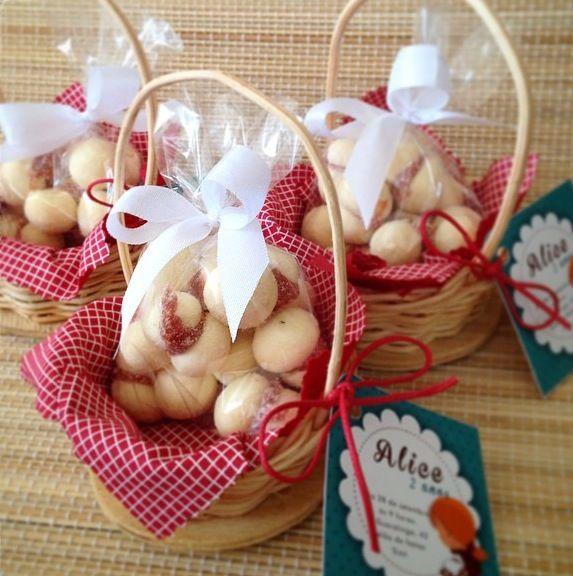 Convite cestinha com biscoitinhos personalizado para o tema Chapeuzinho Vermelho - www.clakeka.blogspot.com