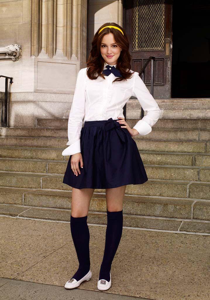 Blair Waldorf usando un uniforme escolar en color blanco con azul