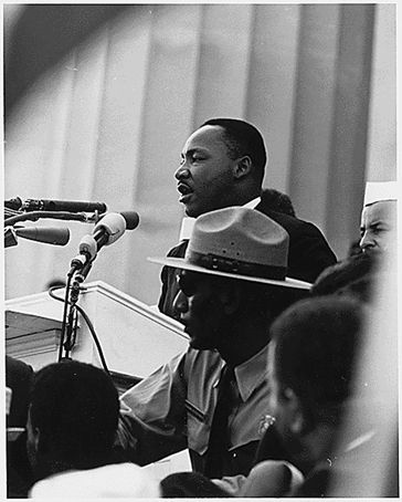 King prononçant son discours à la marche de Washington, le 28 août 1963. Photo © Rowland Scherman. Source : Library of Congress,  Washington D.C. http://education.francetv.fr/dossier/le-mouvement-des-droits-civiques-aux-etats-unis-o29676