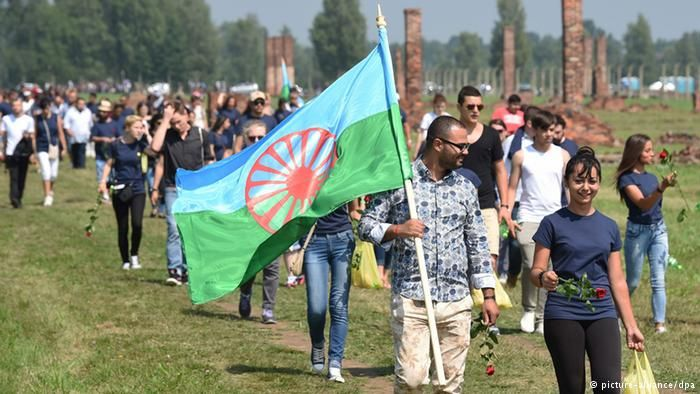 Roma gather at Auschwitz to commemorate Nazi genocide At Auschwitz, Roma and Sinti from 25 European countries have commemorated the 70th anniversary of Nazi Germany's attempted genocide of their race. On August 2, 1944, nearly 2,900 Roma and Sinti were gassed at the camp.