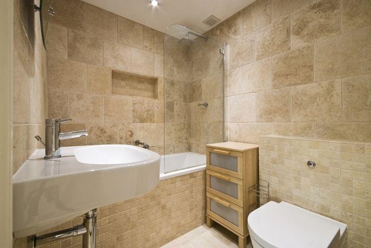 décoration de salle de bain avec du carrelage travertin