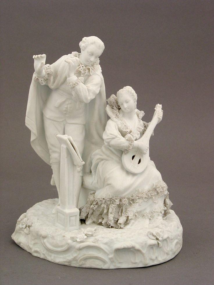 Grupo escultórico con una mujer que tañe un laúd. #Porcelana #Música #MNAD