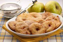 Le frittelle di mele sono una pietanza tipica del Trentino Alto Adige, preparate con il frutto più rappresentativo della regione: la mela. In Alto Adige, queste frittelle, ottima idea per la merenda dei bambini, vengono servite non solo come dolce, ma anche come accompagnamento a carni di maiale e piatti salati; le frittelle di mele, sono buonissime anche fredde e si realizzano alquanto facilmente con pochi e sani ingredienti: farina, latte, uova, zucchero e mele.