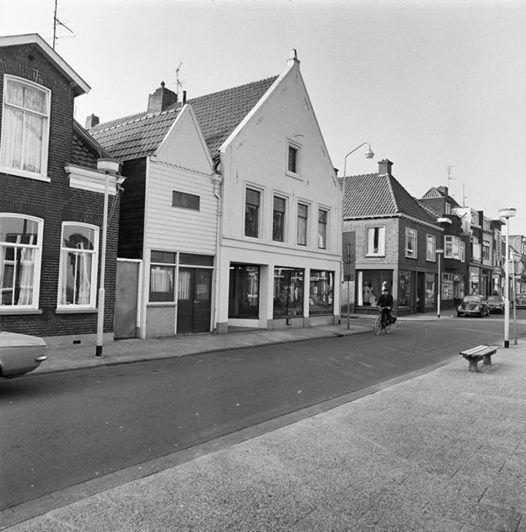 Bentheimerstraat in 1975 Het voormalige Kazerne woning is nu van Domesta en word omgebouwd naar 4 apartementen. Het houten gebouw is al gesloopt want daar komt de toegang.
