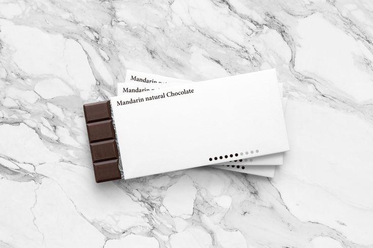 Японский дизайнер Юта Таханаши (Yuta Takahashi) создал фирменный стиль для бренда Mandarin natural Chocolate. Эта компания выпускает натуральный чёрный шоколад. Юта решил не искать замысловатых решений и просто сделал акцент на содержании продукта.