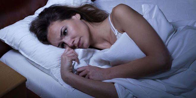 Wenn Sie nur schwer einschlafen können, obwohl Sie erschöpft sind, hilft das Homöopathie-Mittel Scutellaria D6