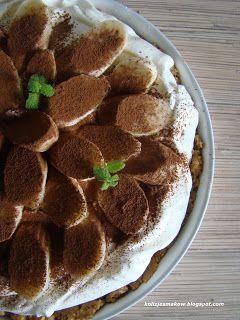 Tarta z kajmakiem i bananami na ciasteczkowym spodzie.