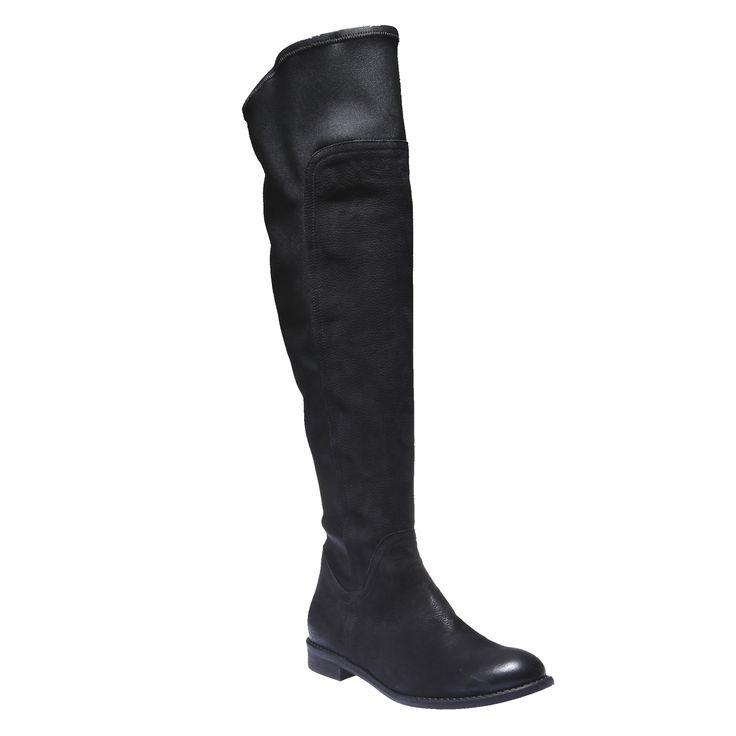 Kožené kozačky v trendy výšce ke kolenům. Nadčasová černá barva se snadno kombinuje a díky nízkému podpatku budou boty pohodlné i při celodenním nošení. Kombinujte je se slim kalhotami i se šaty.