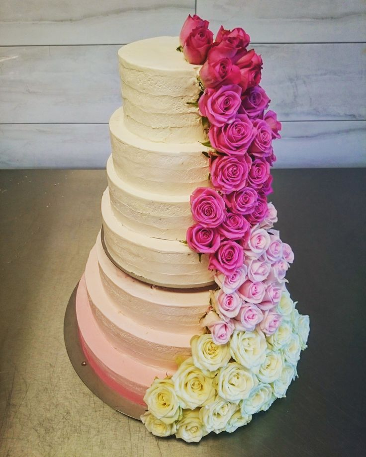 Tort ombre w odcieniach różu i bieli. Strojony kaskadą świeżych kwiatów. Zjawiskowy!