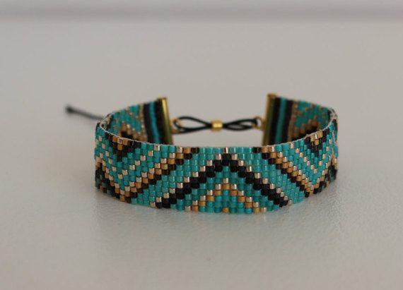 Bracelet en perles miyuki tissées, largeur 15mm, longueur du bracelet 14 cm, se ferme avec un cordon en nylon ajustable passant dans une
