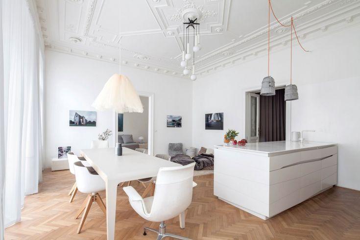 Дизайн квартиры с высокими потолками в историческом старом здании в городе Вена. Открытая планировка, лепнина,минималистский декор и мебель.