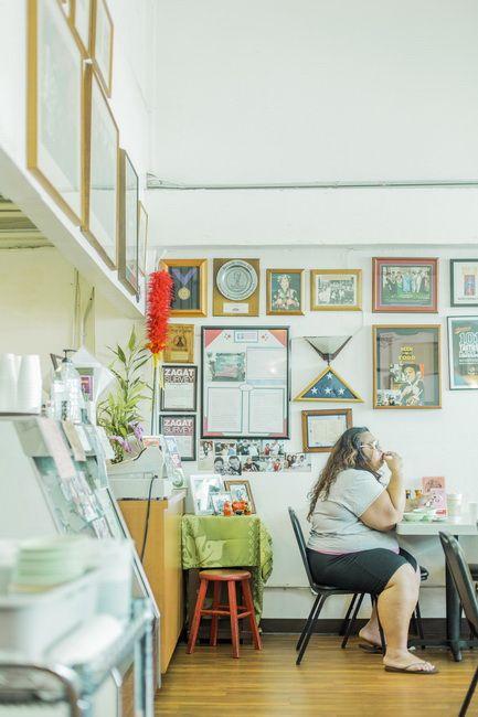 1946年にオープンしたハワイ伝統料理の老舗「Helena's Hawaiian Food」。「このピピカウラ(干し肉)、おいしいわ~」と、お客さんの女性が遠い目をしているよう