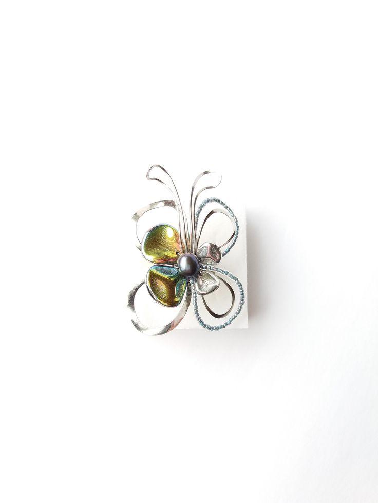 """Prsten+Nr.82+""""Motýlek+s+modrou+perlou""""+Autorský+šperk.+Originál,+který+existuje+pouze+vjednom+jediném+exempláři.Vyniká+svou+lehkostí,+jedinečným+výrazem,+kouzelným+prostorovým+tvarem+a+krásou+do+modra+laděnou+barevností.+Prostorový+tvar+vždy+vypadá+velmi+lehce,+vzdušně,+zajímavě+a+na+ruce,+která+je+v+pohybu+jakoby+ožívá.+Pro+ženu+velmi+radostná+záležitost,..."""