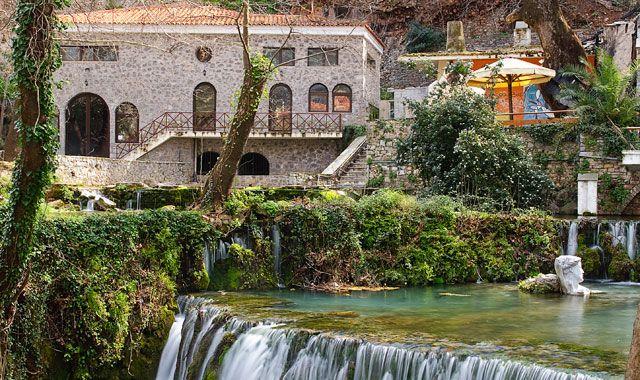 Χτισμένη στους πρόποδες του Ελικώνα, μόλις 140 χλμ. από την Αθήνα, η Λιβαδειά  οφείλει την ιδιαίτερη φυσιογνωμία της στον ποταμό Έρκυνα που τη διασχίζ