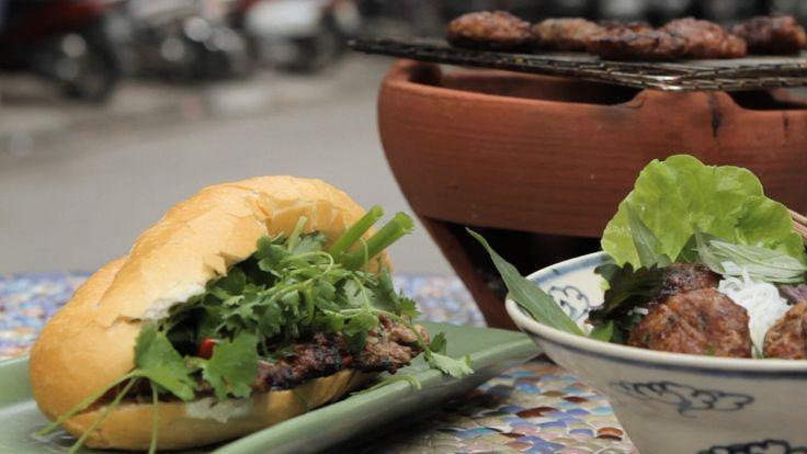 Vietnamesiske kjøttboller med vårløk servert i bagetter med agurk, chili og koriander.