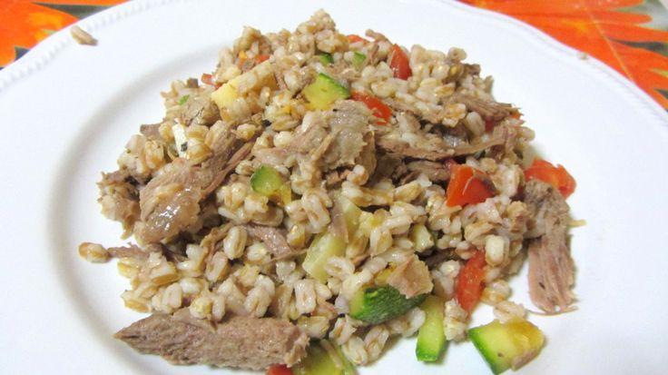 Diciamo #no agli #avnzi di #natale con questa insalata con bollito e verdure! Qui la ricetta --> http://bit.ly/1SiJLcZ  #mangiofuorisede #cucina #studenti