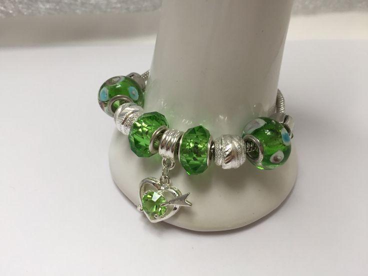 Bracelet charm's, vert clair, avec breloque coeur   réf 836 de la boutique perlesacoco sur Etsy