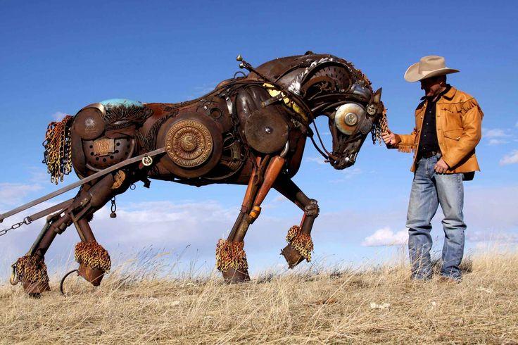 Ce cheval de fer est une sculpture de l'artiste John Lopez. Il réalise toutes ses oeuvres avec des morceaux de machines agricoles.