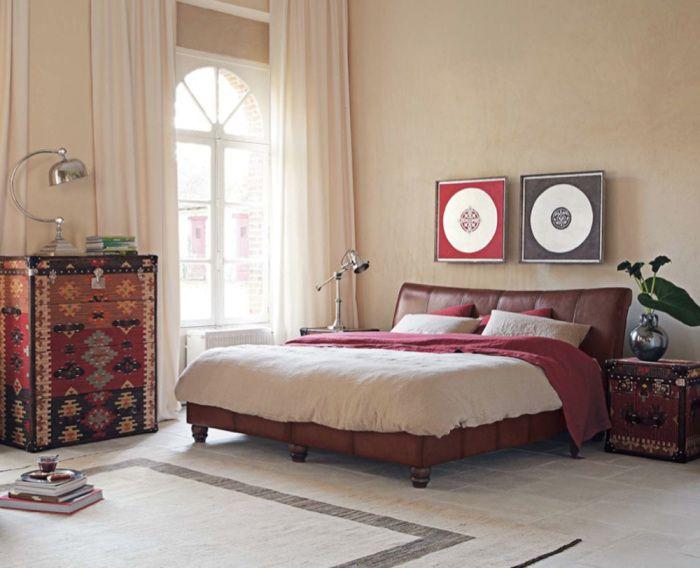 Интерьер спальни с деталями в стиле ретро.