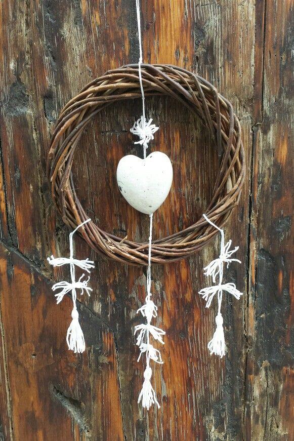 #ghirlanda di #Natale in #vimini con #cuore in #ceramica #raku e #nappe di #cotone. Perfetta #decorazione o idea #regalo. #Santarcangelo presso La Bottega 36 #walldecor #wicker #wreath #christmas