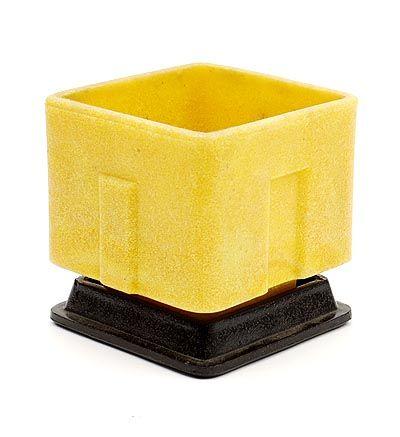 Lage vierkante gele graniver cactuspot op zwarte graniver onderschotel ontwerp A.D.Copier 1929 uitvoering Glasfabriek Leerdam