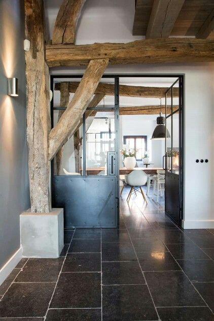 Blijft mooi, die hardsteen vloer in combinatie met de oude houten spanten. | Nibo Stone