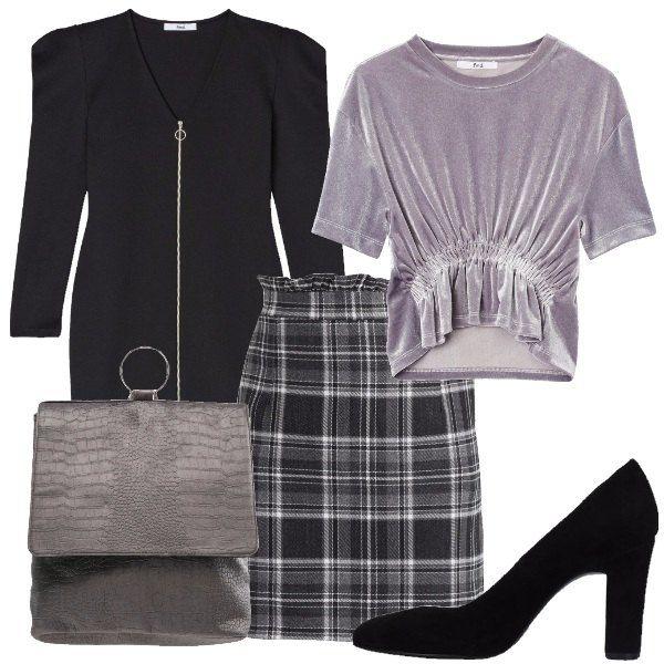 Outfit composto da gonna vita a alta a quadri grigi e neri, t-shirt di velluto grigio con arricciatura, cardigan-giacca lungo con cerniera, scarpe nere con tacco alto e grosso e zainetto effetto coccodrillo grigio.