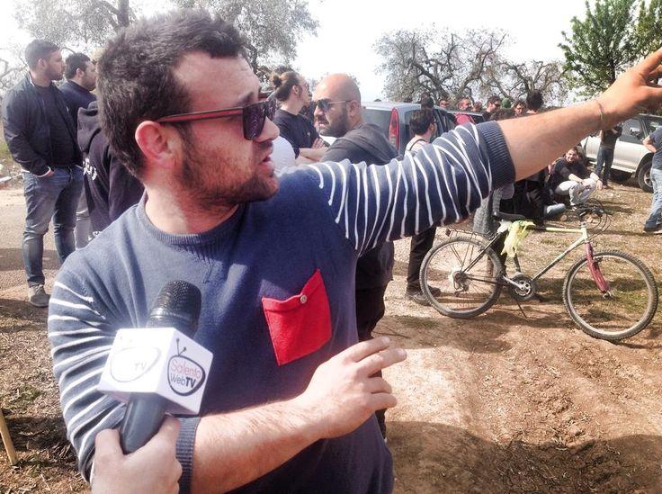 #salentowebtv #difendiAMOgliulivi #weareinsalento Fin dalle prime ore dell'alba un centinaio tra ambientalisti e agricoltori si sono presentati nelle campagne di #Veglie per proteggere gli ulivi dalle motoseghe della guardia forestale che incombevano sugli alberi segnati con il filo bianco e rosso, a indicare quelli colpiti da Xylella fastidiosa. Noi li abbiamo seguiti. Guarda il video http://www.salentoweb.tv/video/9440/battaglia-contro-xylella-arriva-veglie