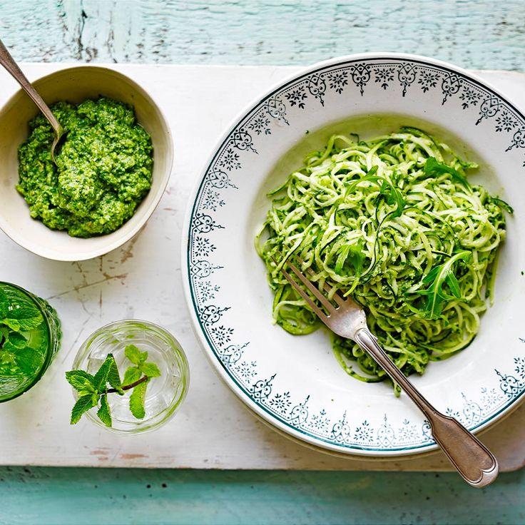 Een makkelijk, gezonde en groene pasta zonder gluten! Dit gerecht is licht verteerbaar en lekker pittig door de rucolapesto.    1Doe de courgettesliertjes in een vergiet met een scheutje olie en een snuf zout. Schep ze door elkaar en laat ze 10...