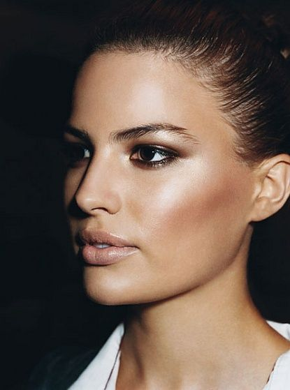 Natural tones: charcoal and brown beneath the bottom lid. Peach highlighter and nude (peach) lips. Year-round glamour.