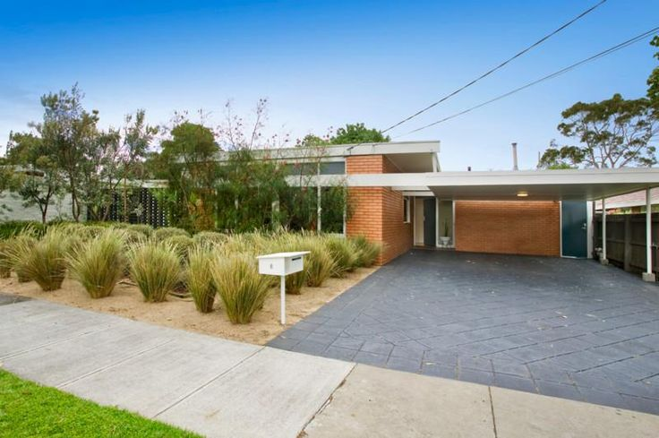 Native grasses in mid-century modern setting, Beaumaris (www.realestateview.com.au)