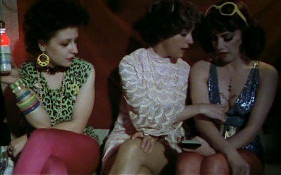 """""""Pepi, Lucy, Bom y otras chicas del montón"""" era unas de las películas comerciales primeras de Almodóvar. Las películas de Almodóvar propusieron la libertad sexual después del gobierno Franco y esta película es un ejemplo de este tema."""