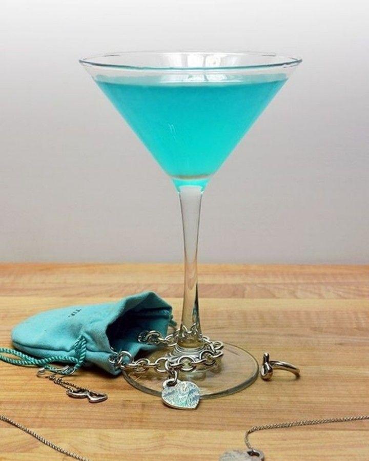 Vamos a preparar un Tiffany Blue Cosmopolitan con la receta de @hostthetoast para dos porciones:  Para hacerlo necesitamos 3 oz vodka 30ml Blue curacao 150ml de Jugo de arándano blanco Jugo de 1 lima  Para prepararlo agitamos los ingredientes en una coctelera con hielo servimos en una copa tipo Martini Y listo!  #Cocktails #Coctel #Cocteles #Cocktail #Drinks #Tragos #Bebidas #Martini #hostthetoast