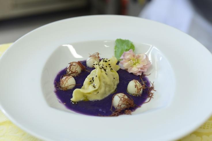 Chef Mida del Castello Bevilacqua  Raviolo alla moda cinese su crema di patate viola, sfilacci di puledro e perle di melone bianco
