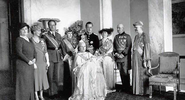 Крещение 12 мая 1938 года в Большой церкви в Гааге  Армгард Беатрикс Вильгельмины, принцессы Нидерландов, принцессы Оранской-Нассау. Ее крестными были король Бельгии Леопольд III; Принцесса Алиса, графиня Атлон; принцесса Элизабет  цу Эрбах- Шёнберг; Адольф Фридрих, герцог Мекленбурга; и Тью Аллен, графиня де Коцебу.