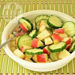 Cubos de manzana y rebanadas de pepino, bañados en una vinagreta de frambuesa (comercial o casera). Muy fácil de preparar.