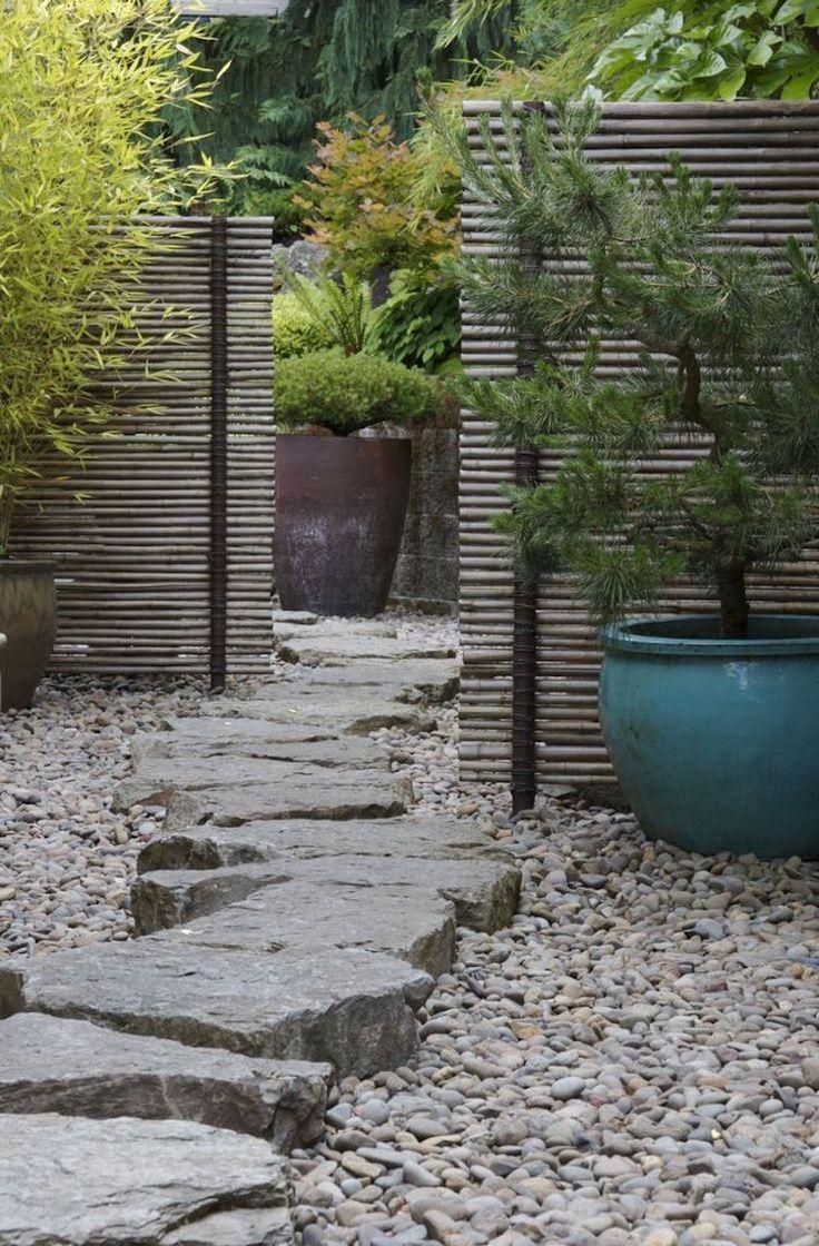 jardin japonais avec allée en pierre naturelle, des conifères en pots et brise-vue en bambou